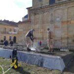 El Ayuntamiento restaura y limpia la escultura 'León, ciudad bimilenaria' de Juan Carlos Ponga situada en la plaza San Marcelo